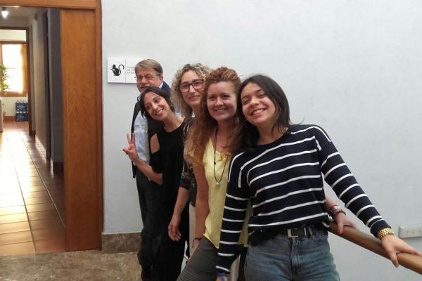 clases de inglés baratas - chicas en la barabdilla