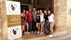 aprender inglés en Valencia - cartel y alumnos