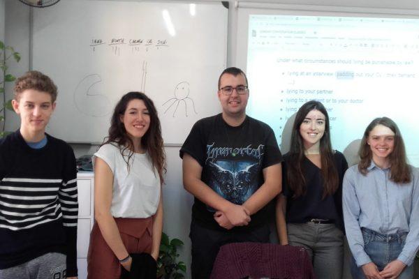 cursos intensivos B1 de inglés en Valencia - clase con pizarra
