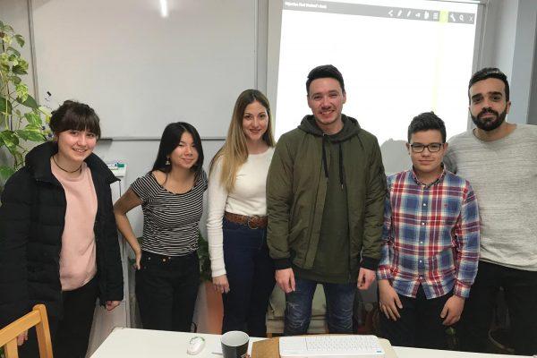 aprender inglés - clase con personas jóvenes
