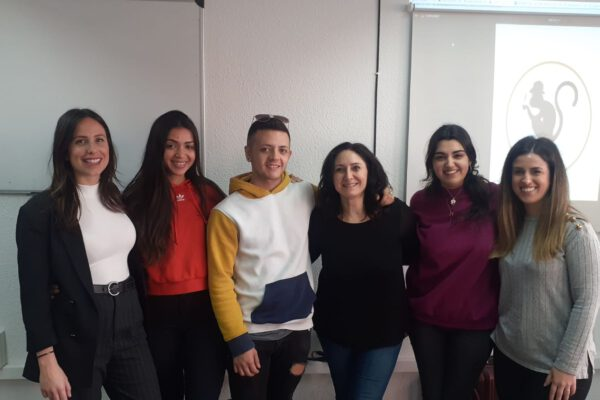 clases de inglés para grupos en Valencia - chicas sonriendo