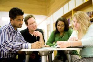 cursos intensivos de inglés para adultos - grupo en clase